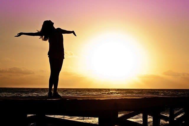 Morgenroutine Tipps - Frau am Strand bei Sonnenaufgang