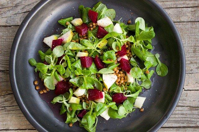 Salat mit Feldsalat, roter Beete und Apfel