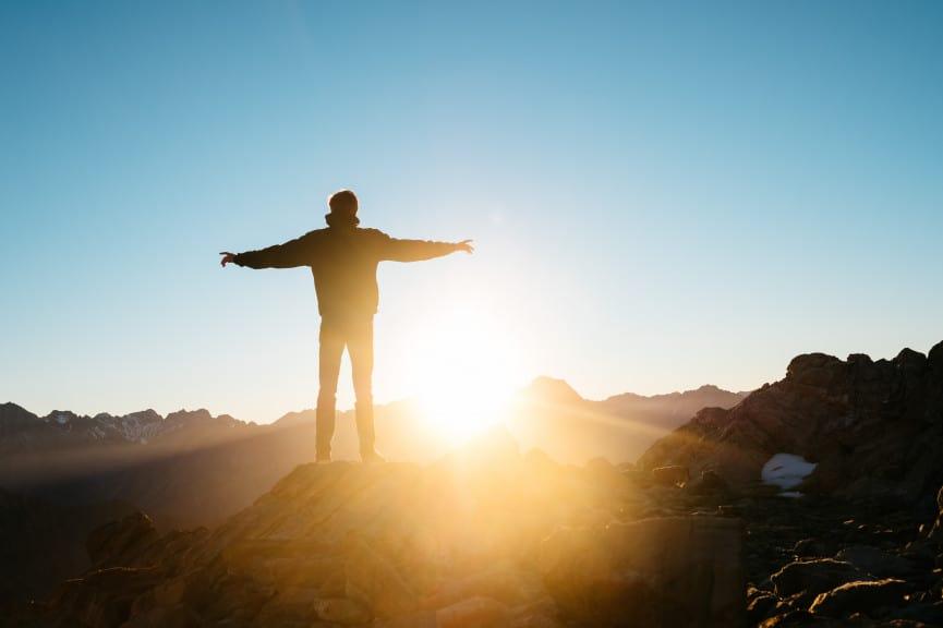 Morgenroutine eines jungen Mannes vor dem Sonnenaufgang