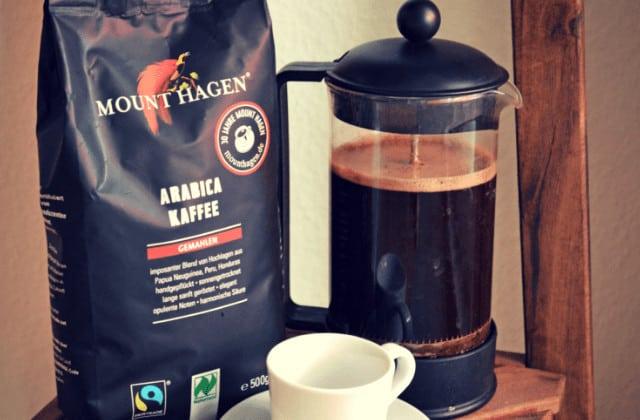 Bio Kaffee frisch und gemahlen mit Tasse und French Press