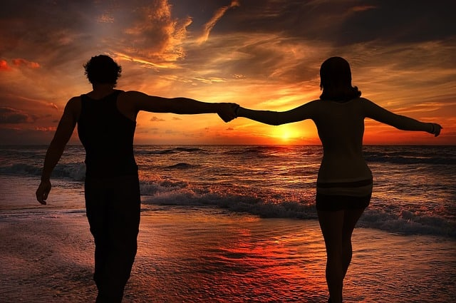 Intervallfasten Erfahrungen - junges und schlankes Paar am Strand