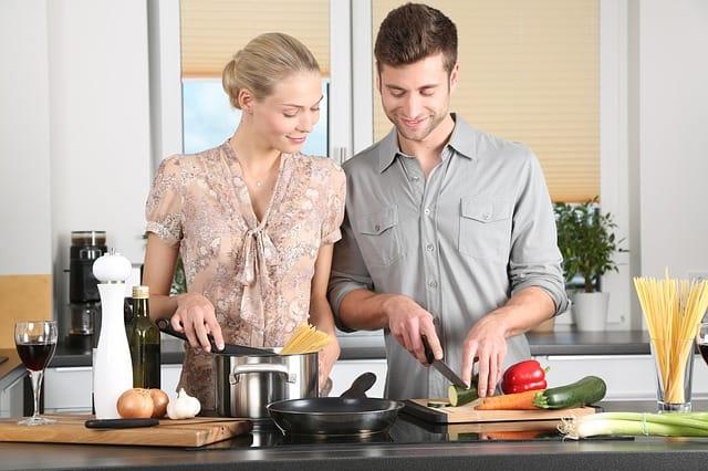 Stoffwechsel Typ Test - junges Paar beim Kochen